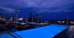 Бассейн в отеле Thompson, Торонто
